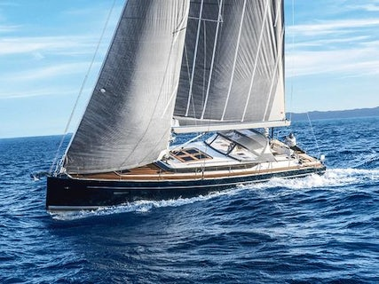 Be Luxe full mast sailing